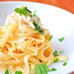 Fettuccine Alfredo con pollo y brócoli