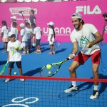 Niños pasan una mañana fabulosa jugando con tenistas profesionales