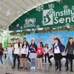 Niños del Instituto Senda festejan su posada navideña.