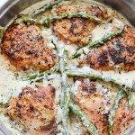 Cremoso pollo al ajo con espárragos