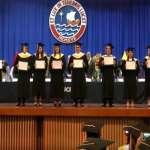 Recién egresado destruye su diploma durante ceremonia de graduación