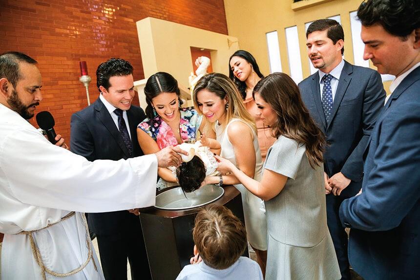 La-pequeñita-al-momento-de-recibir-el-primer-sacramento-junto-a-sus-padrinos-y-papás