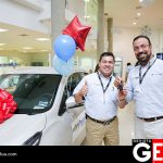 Héctor Calderón, gerente general de Premier Chevrolet entregó el auto