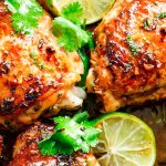 Crujientes muslos de pollo con cilantro y limón